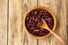 Haricots rouges bouillis dans la cuvette en bois photos libres de droits