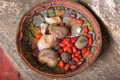Haricots rouges dans un panier représentant l'oracle dans la croyance maya Image libre de droits