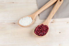 Haricots rouges et riz dans cuillères en bois Image libre de droits