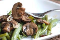 Haricots verts avec des champignons de couche Images stock