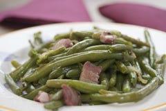 Haricots verts avec le lard Photo stock