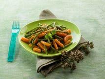 Haricots verts avec des carottes Photographie stock