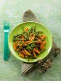 Haricots verts avec des carottes Photographie stock libre de droits