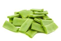 Haricots verts coupés sur le fond blanc Photographie stock libre de droits