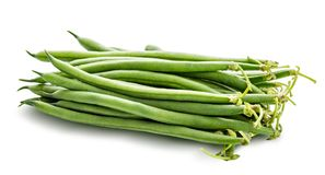 Haricots verts d'isolement sur un fond blanc Chemin de coupure photo stock