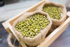 Haricots verts dans de petits sacs Photos stock