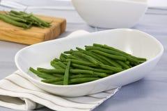 Haricots verts dans la cuvette blanche images stock