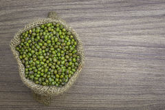 Haricots verts dans le sac, sur le fond en bois de texture photo libre de droits