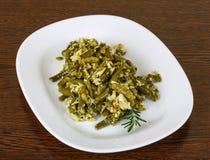 Haricots verts de rôti avec l'oeuf images stock
