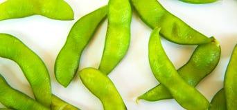 Haricots verts de soja et nourriture japonaise de sojas - sur le fond blanc Images stock