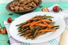 Haricots verts et carottes cuits au four - le vegan suit un régime images stock