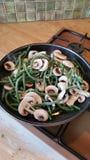 Haricots verts et champignons de couche Images libres de droits
