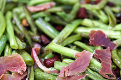 Haricots verts frits avec du jambon Photo stock