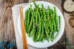 Haricots verts frits avec le sésame Photos stock