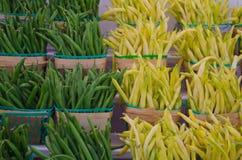 Haricots verts jaunes et verts dans les paniers en bois d'agriculteurs au marché photographie stock