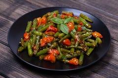 Haricots verts sains, tomate-cerise rouge avec les graines de sésame Photographie stock