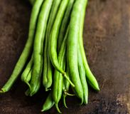 Haricots verts sur le fond foncé - fibre Rich Heart Healthy Vegetable photos stock