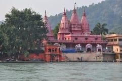 Haridvar, Uttarakhand,印度 由河恒河的寺庙 库存照片
