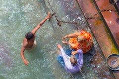 Haridwar, Índia - 11 de março de 2017: povos não identificados que banham e que tomam abluções no Ganges River nos ghats santamen Imagem de Stock Royalty Free