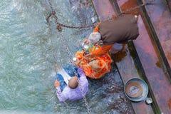 Haridwar, Índia - 11 de março de 2017: povos não identificados que banham e que tomam abluções no Ganges River nos ghats santamen Fotos de Stock
