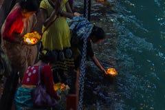 Haridwar, Inde - 20 mars 2017 : Ghats saints chez Haridwar, Inde, ville sacrée pour la religion indoue Pèlerins offrant le flowe  Photo libre de droits