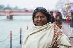 HARIDWAR, INDIEN - 23. MÄRZ 2014: indische Frau auf der Bank von Ganga-Fluss Stockbild