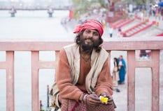 HARIDWAR, INDIEN - 23. MÄRZ 2014: Sadhu-Porträt auf der Brücke von Ganga-Fluss Stockbilder