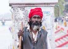 HARIDWAR, INDIEN - 23. MÄRZ 2014: Sadhu-Porträt auf der Brücke von Ganga-Fluss Stockfotografie
