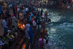 Haridwar Indien - mars 20, 2017: Heliga ghats på Haridwar, Indien, sakral stad för hinduisk religion Pilgrims som erbjuder sväva  Royaltyfri Fotografi