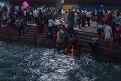 Haridwar Indien - mars 20, 2017: Heliga ghats på Haridwar, Indien, sakral stad för hinduisk religion Pilgrims som erbjuder sväva  Royaltyfria Bilder