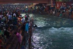 Haridwar Indien - mars 20, 2017: Heliga ghats på Haridwar, Indien, sakral stad för hinduisk religion Pilgrims som erbjuder sväva  Royaltyfri Foto
