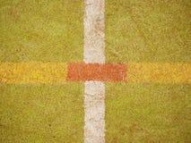 Harig tapijt op buitenkant hanball speelplaats Vloer van sportenhof met wit die lijnen merken stock afbeelding