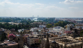 从Harilda的看法在塞维利亚大教堂、现代大厦和桥梁在河,安大路西亚,西班牙 免版税库存图片