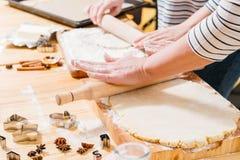 Harina casera de la pasta del rollo de la clase de cocina de los pasteles fotos de archivo