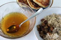 Harina de avena caliente del desayuno con las pasas y la miel imágenes de archivo libres de regalías