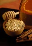 Harina de avena, cinamomo y miel Imagenes de archivo