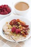 Harina de avena con la fruta cocida, café con la leche para el desayuno Fotos de archivo