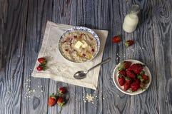 Harina de avena con las fresas Foto de archivo