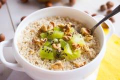 Harina de avena con las nueces y las frutas para el desayuno Imagen de archivo libre de regalías