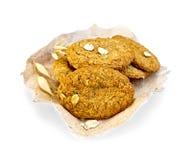 Harina de avena de las galletas en el papel Foto de archivo libre de regalías