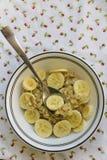 Harina de avena del plátano servida en una tabla Fotografía de archivo libre de regalías
