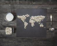 Harina de avena en la tabla en una forma del mapa del mundo Visión superior Imágenes de archivo libres de regalías