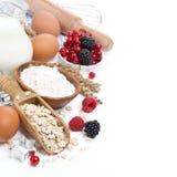 Harina de avena, harina, huevos, bayas - ingredientes para cocer imagen de archivo