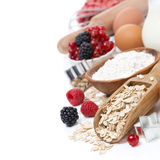 Harina de avena, harina, huevos y bayas - los ingredientes para cocer fotografía de archivo