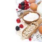 Harina de avena, harina, leche, huevos y bayas - ingredientes para cocer imágenes de archivo libres de regalías