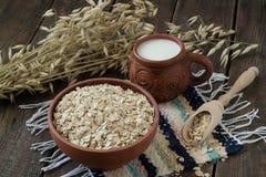 Harina de avena, leche y tallos de la avena foto de archivo
