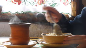 Harina de avena Porige de la mañana en el café étnico almacen de metraje de vídeo