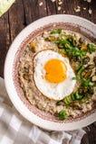 harina de avena salada con la cebolla y el huevo de la primavera Fotografía de archivo