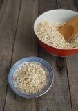 Harina de avena seca en dos platos Foto de archivo