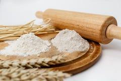 Harina de Rye y harina de trigo en un tablero de madera Foto de archivo libre de regalías